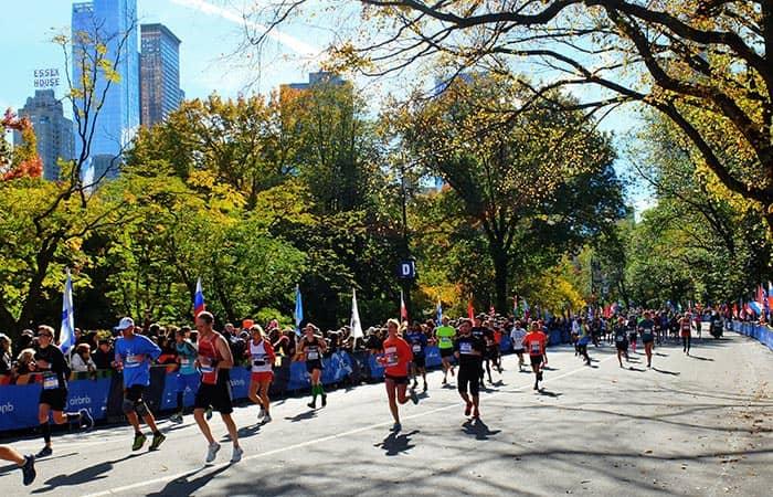 New York Maraton - juoksijoita Central Parkissa