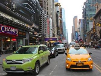 Newyorkilaisia limen-vihreita ja keltaisia takseja