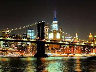 New York -iltaristeily seisovalla pöydällä - Manhattan siluetti