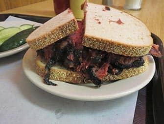 Lounas New Yorkissa - Pastrami-voileipa