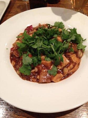 Kasvisravintolat New Yorkissa - korianteri-tofua ja shiitakeseinia wild ginger ravintolassa