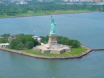 Vapaudenpatsas New Yorkissa - ilmasta kasin