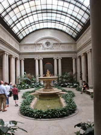 Sisapuutarha Frick-museossa New York